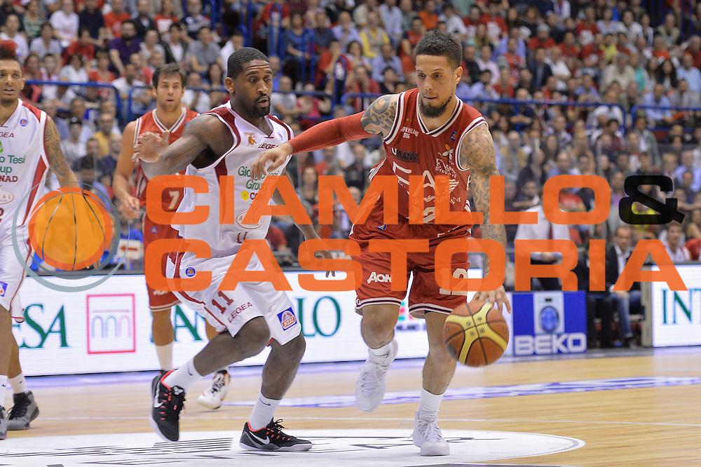 DESCRIZIONE : Campionato 2013/14 Quarti di Finale GARA 5 Olimpia EA7 Emporio Armani Milano - Giorgio Tesi Group Pistoia <br /> GIOCATORE : Daniel Hackett<br /> CATEGORIA : Palleggio<br /> SQUADRA : EA7 Emporio Armani Milano<br /> EVENTO : LegaBasket Serie A Beko Playoff 2013/2014 <br /> GARA : Olimpia EA7 Emporio Armani Milano - Giorgio Tesi Group Pistoia <br /> DATA : 27/05/2014 <br /> SPORT : Pallacanestro <br /> AUTORE : Agenzia Ciamillo-Castoria / I.Mancini <br /> Galleria : LegaBasket Serie A Beko Playoff 2013/2014 <br /> Fotonotizia : Campionato 2013/14 Quarti di Finale GARA 5 Olimpia EA7 Emporio Armani Milano - Giorgio Tesi Group Pistoia Predefinita :