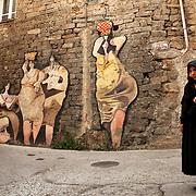 Peinture Murale, Orgosolo, Sardaigne 2009.<br /> <br /> Le village d'Orgosolo, dans la province de Nuoro a une particularit&eacute;, c'est un haut-lieu historique du banditisme d'honneur et ses murs sont recouverts de &laquo;&nbsp;murales&nbsp;&raquo;. Des peintures, souvent &agrave; caract&egrave;re politique, et parfois artistique.