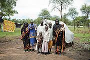 SOUTH SUDAN. IL CAPO FAMIGLIA ASSAN BALAMUSA CON LA SUA FAMIGLIA DAVANTI ALLA LORO TENDA NEL CAMPO RIFUGIATI DI YUSUF BATIL NELLA REGIONE DI MABAN. SONO FUGGITI DAL VILLAGGIO DI JAM NEL BLUE NILE STATE;