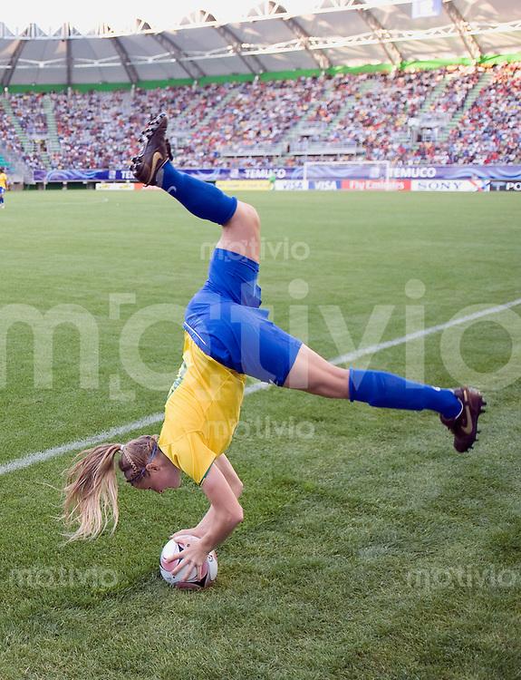 Fussball Frauen FIFA U 20  Weltmeisterschaft 2008    01.12.2008 Brasilien - Deutschland Leah (re, BRA) mit Salto-Einwurf