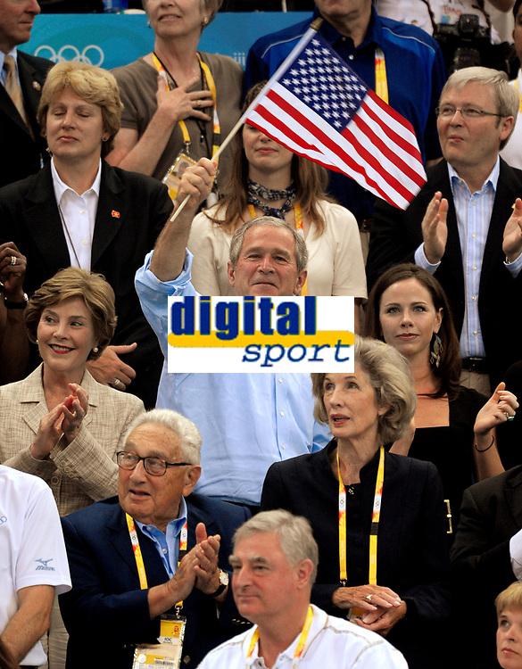 OL 2008<br /> Foto: Inside/Digitalsport<br /> NORWAY ONLY<br /> <br /> 10.08.2008<br /> <br /> George Bush, presidente degli Stati Uniti, sventola una bandiera americana. Accanto a lui la figlia. <br /> United States president George Bush waves a flag near his daughter.