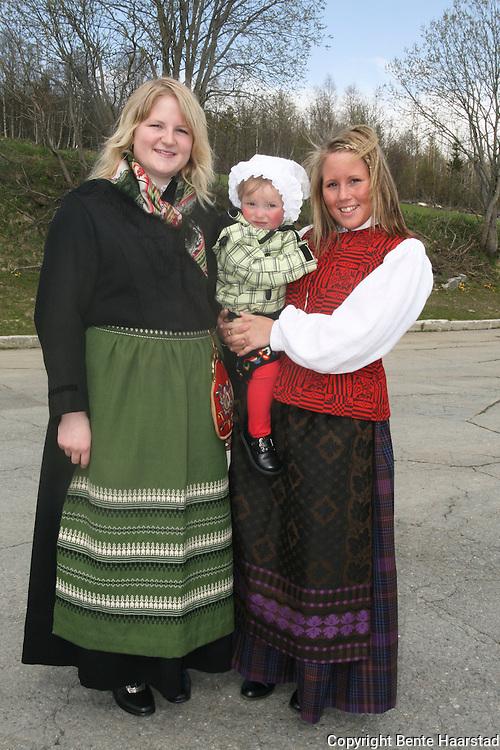 17. mai i Tydal. Tone Cecilie Fremo (20) t.v. i selbubunad, og Hanne Græsli (21) i tydalsbunad. Begge fra Græsli. Lille Thea Fjorden har ikke fått seg bunad ennå.
