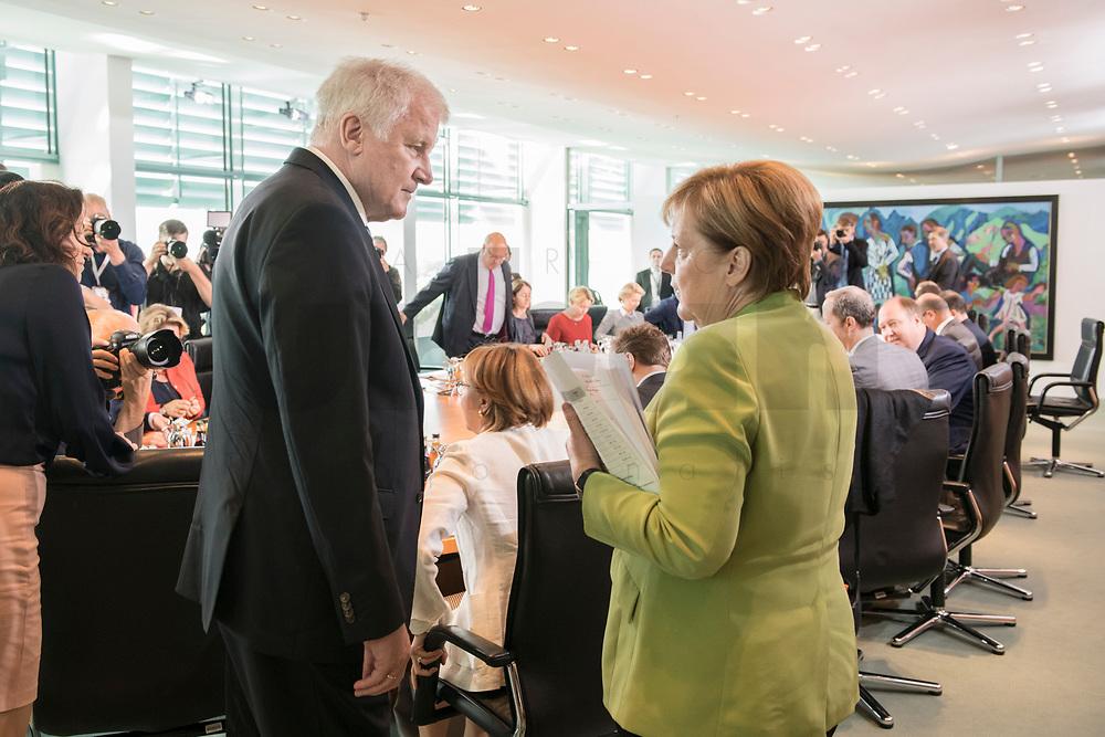 29 AUG 2018, BERLIN/GERMANY:<br /> Horst Seehofer (L), CSU, Bundesinnenminister, und Angela Merkel (R), CDU, Bundeskanzlerin, im Gespraech, vor Beginn der Kabinettsitzung, Bundeskanzleramt<br /> IMAGE: 20180829-01-043<br /> KEYWORDS: Kabinett, Sitzung, Gespräch