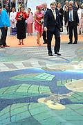 Zijne Majesteit Koning Willem-Alexander en Hare Majesteit Koningin M&aacute;xima bezoeken de provincie Flevoland. Koning en Koningin  bij het Stadhuisplein van Lelystad en Bekijken van 4D-Streetpainting<br /> <br /> His Majesty King Willem-Alexander and M&aacute;xima Her Majesty Queen visits the province of Flevoland.King and Queen at the Town Hall of Lelystad and 4D View of Street Painting
