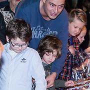 NLD/Amsterdam/20131214 - Premiere Walking with Dinosaurs 3D, Lange Frans Frederiks, met moeder en zoontje Willem kopen snoep