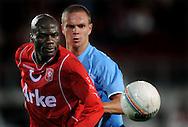 13-09-2008 VOETBAL:FC TWENTE:NEC NIJMEGEN:ENSCHEDE <br /> Blaise N'Kufo verdedigt door Ramon Zomer<br /> Foto: Geert van Erven