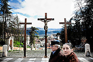 L'AQUILA. I TRE CROCIFISSI INSTALLATI NEL CENTRO DE L'AQUILA IN OCCASIONE DELLE CERIMONIE RELIGIOSE DELLA PASQUA