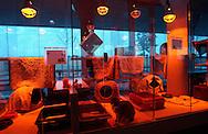 Deutschland, DEU, Berlin, 2003: Frueh am Morgen eines kalten Wintertags im Katzenhaus, alle Waermelampen sind eingeschaltet. Das Berliner Tierheim ist das groesste und modernste auf der Welt. | Germany, DEU, Berlin, 2003: Early in the morning on a cold winter day in a cat house. All warming lights are burning. World's biggest an most modern animal shelter in Berlin. |