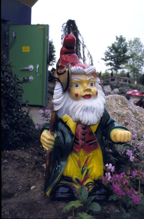 &copy;  christian  JUNGEBLODT.<br />Investitionsruine  AKW Schneller Br&uuml;ter Kalkar am Niederrhein (das Atomkraftwerk ging nie ans Netz)<br />&quot; Kernwasser Wunderland &quot; Hotel , Freizeitpark ( in Bau )<br />Gastronomie und Erlebnisrundgaenge .<br />NUCLEAR PLANT that never started working and today<br />is becoming  an amusement park...<br />Hier : Gartenzwerg versch&ouml;nert die Aussenanlage...