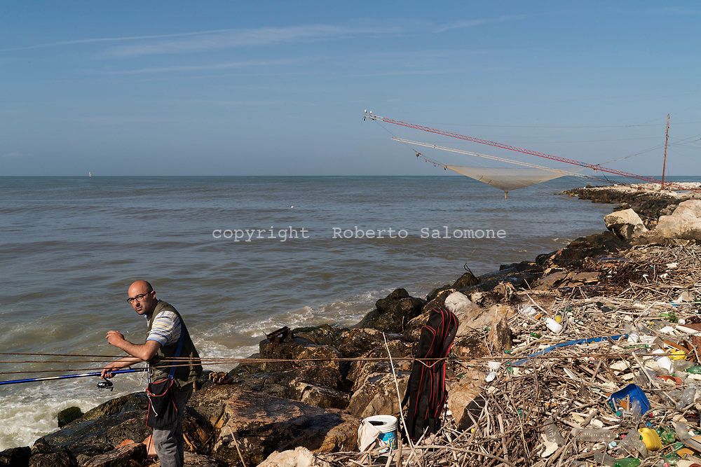 Litorale Domizio, Destra Volturno - Un pescatore alla foce del fiume Volturno sul litorale domizio.<br /> Ph. Roberto Salomone