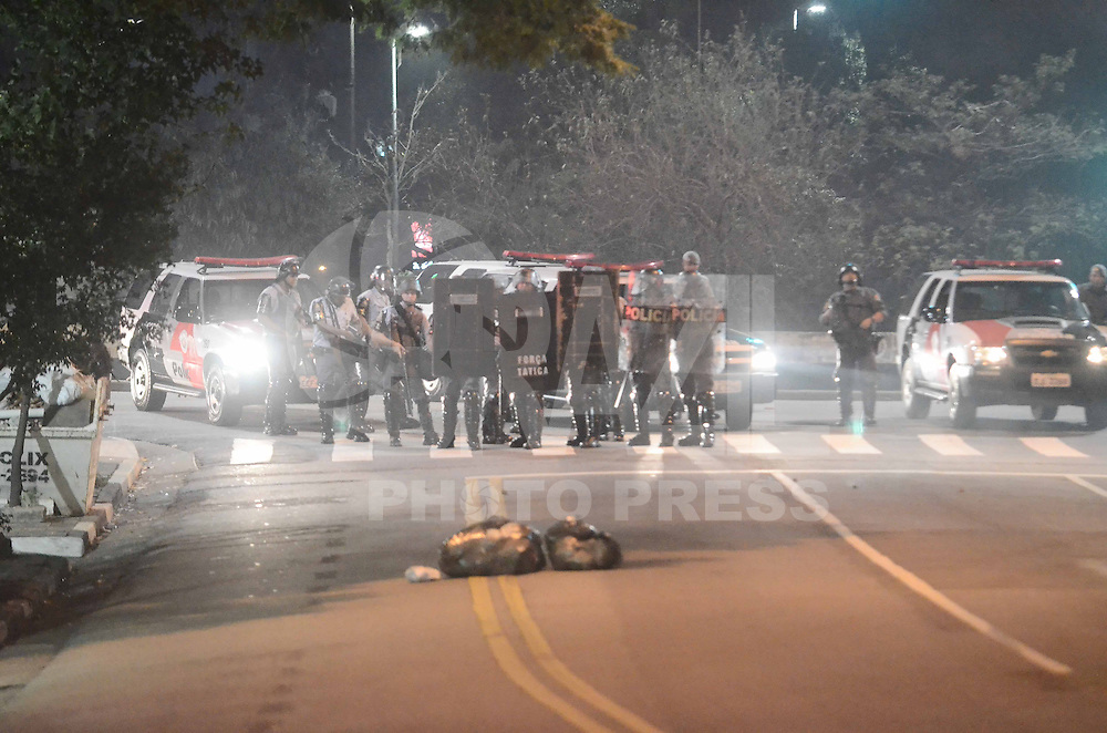 SAO PAULO, SP, 13 de junho 2013 Av Angelica confronto durante o protesto contra o aumento da passagem de ônibus em São Paulo (SP), nesta quinta-feira (13), organizado pelo Movimento Passe Livre. Bombas de efeito moral são lançados por policiais a todo momento. O valor das passagens de ônibus, trem e metrô subiu de R$ 3 para R$ 3,20 neste mês. ADRIANO LIMA / BRAZIL PHOTO PRESS).
