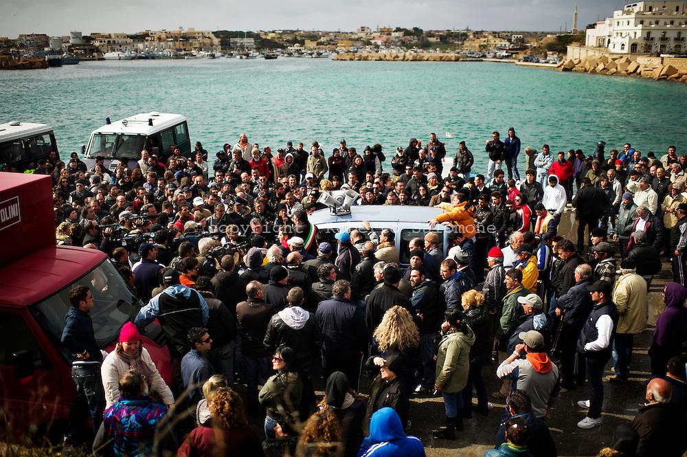 Lampedusa, Italia - 20 marzo 2011. Centinaia di lampedusani ormai quotidianamente manifestano contro l'insostenibile situazione che si è venuta a creare sull'isola dove gli immigrati ormai sono più della popolazione locale..Ph. Roberto Salomone Ag. Controluce