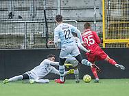 FODBOLD: Aris Vaporakis (FC Helsingør) dykker ned foran Emil Damgaard (FC Nordsjælland) under træningskampen mellem FC Nordsjælland og FC Helsingør den 13. januar 2018 i Right to Dream Park i Farum. Foto: Claus Birch