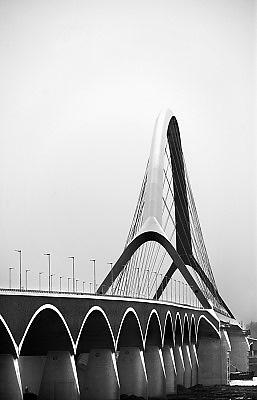 Nederland, Nijmegen, 10-11-2013De nieuwe stadsbrug van de stad Nijmegen, de Oversteek, genoemd naar de heldhaftige oversteek van de rivier de Waal die Amerikaanse soldaten op dit punt maakten tijdens de operatie Market Garden in de tweede wereldoorlog om met succes de oude Waalbrug te veroveren. de brug is een belangrijke schakel in de ontlasting van de stad van het doorgaande verkeerDe Oversteek is een boogbrug van 285 meter lang en 60 meter hoog en is de op een na langste hoofd overspanning van Nederland, en de grootste boogbrug van Europa met een enkelvoudige boog.De brug wordt 23 november in gebruik genomen.De nieuwe oeververbinding moet zorgen voor een betere spreiding en doorstroming van verkeer binnen de stad Nijmegen. Na 75 jaar is er eindelijk een tweede vaste verbinding voor de stad. De oude waalbrug krijgt vanaf eind dit jaar groot onderhoud, waarna de volle capaciteit van beide bruggen pas gebruikt kan worden. De skyline van de stad is veranderd.De brug is een ontwerp van de Belgische architecten Ney en Paulissen. Foto: Flip Franssen/Hollandse Hoogte