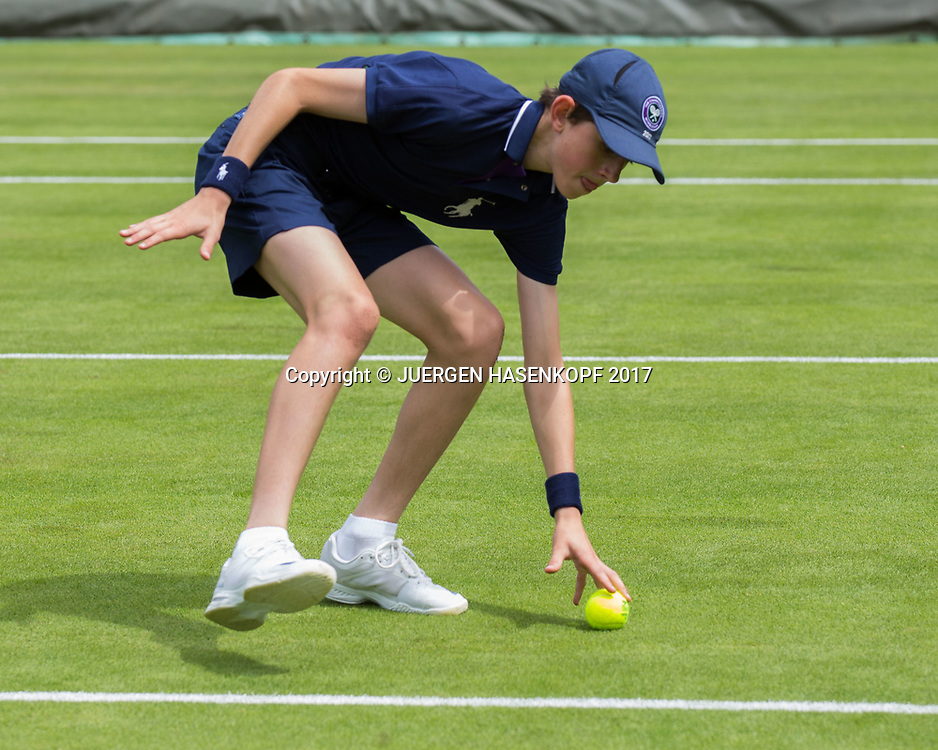 Wimbledon Feature, Balljunge in Aktion,<br /> <br /> Tennis - Wimbledon 2017 - Grand Slam ITF / ATP / WTA -  AELTC - London -  - Great Britain  - 4 July 2017.