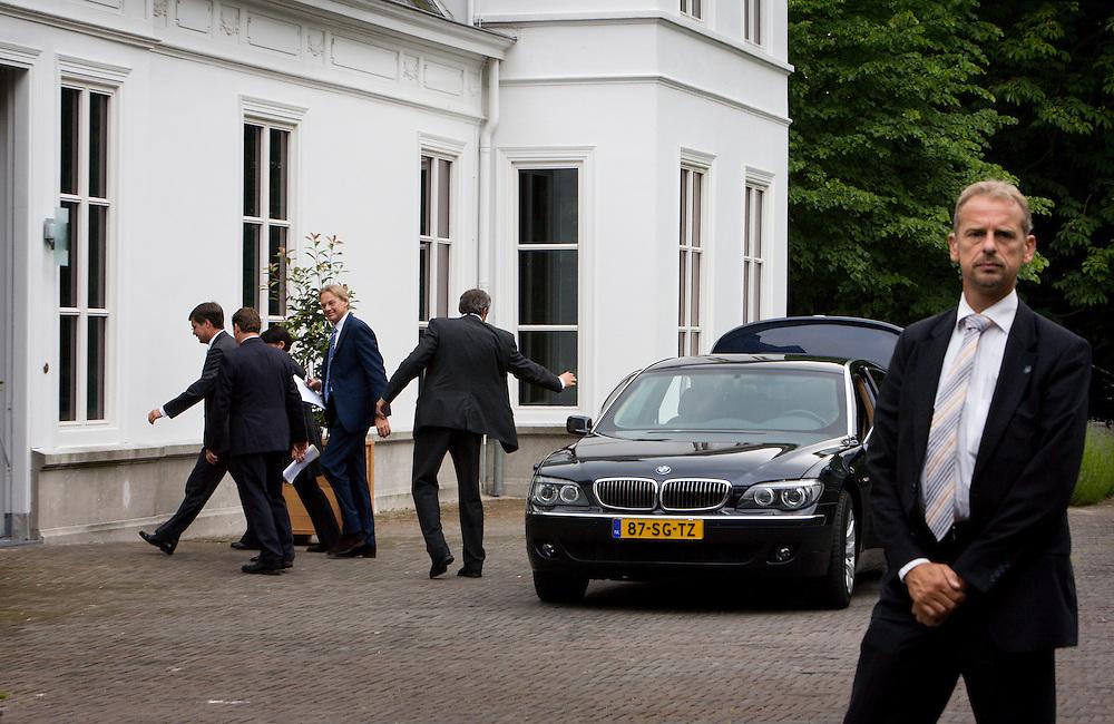 Nederland. Den Haag, 14 juni 2007. <br /> Aankomst Jan Peter Balkenende<br /> Het kabinet presenteert het Beleidsprogramma bij het Catshuis in Den Haag. In het Beleidsprogramma worden de ambities uit het Coalitieakkoord van CDA, PvdA en ChristenUnie concreet uitgewerkt. Daarbij is ook gebruik gemaakt van de ideeen die de bewindslieden de afgelopen maanden hebben opgedaan tijdens de dialoog &ldquo;Samen werken aan Nederland&rdquo;. vlnr Andre Rouvoet ,Jan Peter Balkenende en Wouter Bos verlaten het Catshuis en lopen naar de tent om de persconferentie te houden.<br /> Foto Martijn Beekman <br /> NIET VOOR TROUW, AD, TELEGRAAF, NRC EN HET PAROOL
