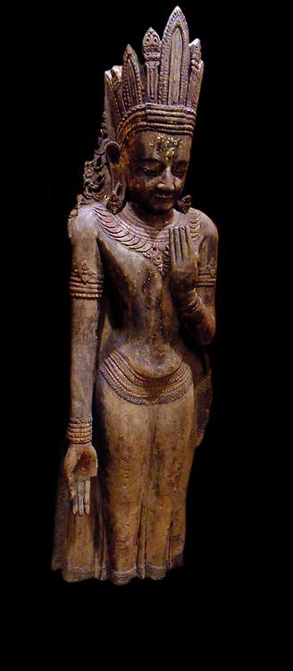 Buddha paré. 14th century, dorure lacquer sculpture in  teak from Myanmar