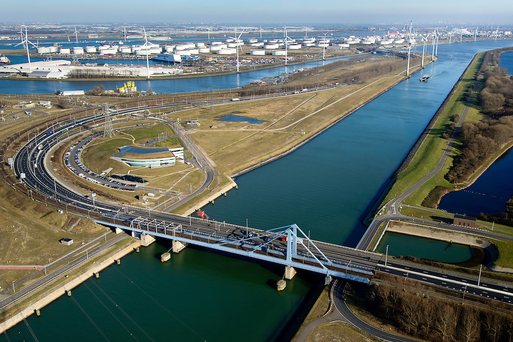 Nederland, Zuid-Holland, Rotterdam, 18-02-2015. Suurhoffbrug over het Hartelkanaal. Hoofdkantoor van BP in de oksel van de weg, zicht op Europoort.<br /> Hartel canal in Europoort, Suurhoff  bridge, main office BP refinery.<br /> luchtfoto (toeslag op standard tarieven);<br /> aerial photo (additional fee required);<br /> copyright foto/photo Siebe Swart
