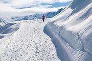 Wanderer auf Winterwanderweg