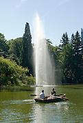 Palmengarten, See mit Fontäne und Ruderboot, Frankfurt am Main, Hessen, Deutschland | Palmengarten, botanical garden in Frankfurt, lake and rowing boat, Germany