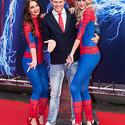 NLD/Amsterdam/20140422 - Premiere The Amazing Spiderman 2, Tim Douwsma met spiderman dames