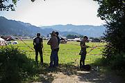 Deutschland | Garmisch-Partenkirchen | 05.06.2015: G7 Gipfel in Elmau bei Garmisch-Partenkirchen. <br /> <br /> hier: Zivilpolizisten und Journalisten betrachten das Protestcamp, zu dem sie keinen Zugang haben.<br /> <br /> 20150605<br /> <br /> NUTZUNG HONORARPFLICHTIG!<br /> [Inhaltsveraendernde Manipulation des Fotos nur nach ausdruecklicher Genehmigung des Fotografen. Vereinbarungen ueber Abtretung von Persoenlichkeitsrechten/Model Release der abgebildeten Person/Personen liegt/liegen nicht vor.] [No Model Release | No Property Release]