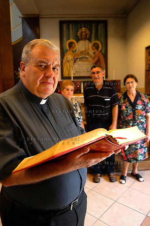 Roma 14  Luglio  2006.Mons. Luigi Storto Parroco, della chiesa di San Pio V  in Largo San Pio V 3, Roma con i suoi parrocchiani..
