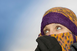14.12.2010, Feature, im Bild eine Frau die sich zum Schutz vor der Kälte und den frostigen Temperaturen mit Haube, Schal und Handschuhen eingemummt hat, EXPA Pictures © 2012, PhotoCredit: EXPA/ Erwin Scheriau