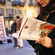 Torino 23 gennaio 2016: le sentinelle in piedi manifestano in silenzio, «in difesa della famiglia, per non annullare le differenze tra uomo e donna». La veglia era organizzata come contro manifestazione rispetto a quella a sostegno del disegno di legge Cirinnà sulle unioni civili e per i diritti lgbt.