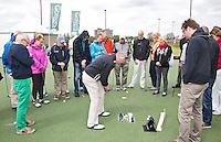 AMSTELVEEN - GOLF - John Woof geeft instructie tijdens Amsterdam Golf Show op de golfbaan van Amsteldijk. FOTO KOEN SUYK