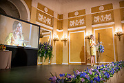 Koningin Maxima reikt Appeltjes van Oranje uit. Met de Appeltjes van Oranje bekroont het Oranje Fonds jaarlijks sociale initiatieven die op succesvolle wijze groepen mensen verbinden. <br /> <br /> Queen Maxima awards the Apples of Orange. The Apples of Orange honors the Oranje Fonds social initiatives annually that connect groups of people successfully.<br /> <br /> Op de foto / On the photo:  Koningin Maxima / Queen Maxima