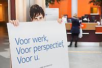 Nederland Rotterdam 26-03-2009 20090326 Foto: David Rozing ..Serie UWVNederland Rotterdam 26-03-2009 20090326 Foto: David Rozing ..Serie UWV, vrouw bij balie op de voorgrond bord voor werk, voor perspectief, voor u.  UWV Werkbedrijf lokatie Schiekade centrum Rotterdam, de vroegere arbeidsbureaus ( CWI UWV ) De werkloosheid in Nederland begint op te lopen. Dat blijkt uit de jongste cijfers die het Centraal Bureau voor de Statistiek (CBS) de oorzaak is de krediet crisis Holland, The Netherlands, dutch, Pays Bas, Europe,  , allochtoon, allochtone, vrouw, meid, jonge, jonge,  allochtonen, ..Foto: David Rozing