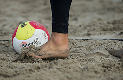 17-06-2016 NED: Beachvolleybaltoernooi eredivisie, Amsterdam<br /> Op het Mercatorplein in Amsterdam gaan de beachers uit de eredivisie van start / Gala bal, voet item