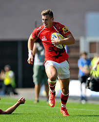 Nick Scott (London Welsh) goes on the attack - Photo mandatory by-line: Patrick Khachfe/JMP - Mobile: 07966 386802 06/09/2014 - SPORT - RUGBY UNION - Oxford - Kassam Stadium - London Welsh v Exeter Chiefs - Aviva Premiership