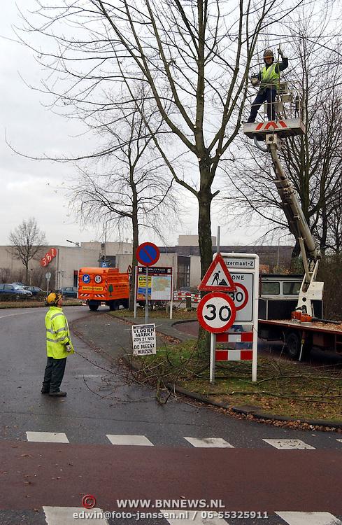 Bomen kappen voor nieuwbouw 3 in 1 terrein Monnickskamp Huizen