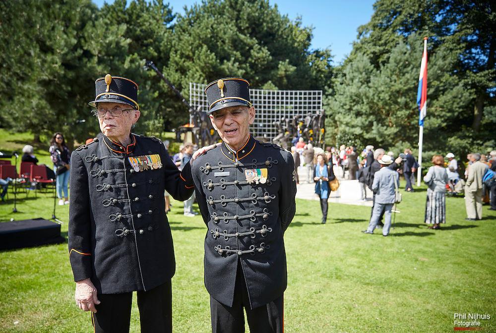 Den Haag, 15 augustus 2016 - De herdenking bij het Indisch Monument van de capitulatie van Japan op 15 augustus 1945. Veteranen F. Drijsen en Kerrebijn (uit bronbeek) na afloop van de herdenking bij het Indisch Monument.<br /> Foto: Phil Nijhuis