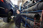 Nederland, Nijmegen, 14-3-2014Bij bandenhandel Piet van Raay is Haidar Soltani bezig met het wisselen van banden.Foto: Flip Franssen/Hollandse Hoogte