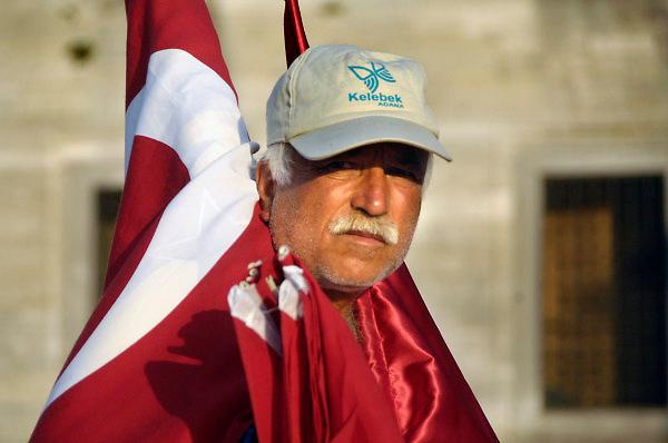 Turkije, Istanbul, 16-2011Verkiezingscampagne van de ak partij van de turkse premier Erdohan in Istanbul in de aanloop naar de verkiezingen voor het parlement op 16 juni. een man verkoopt Turkse vlaggen bij de Yeni Cami, the new mosk, de nieuwe moskeeFoto: Flip Franssen