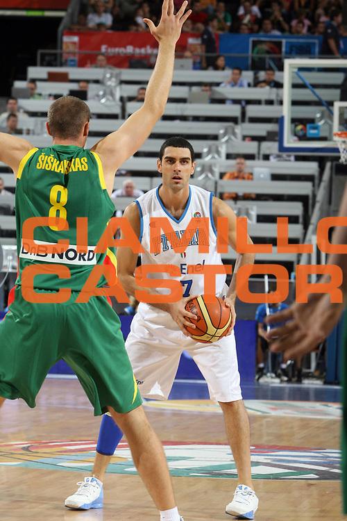 DESCRIZIONE : Madrid Spagna Spain Eurobasket Men 2007 Qualifying Round Italia Lituania Italy Lithuania<br /> GIOCATORE : Matteo Soragna<br /> SQUADRA : Italia Italy<br /> EVENTO : Eurobasket Men 2007 Campionati Europei Uomini 2007<br /> GARA : Italia Italy Lituania Lithuania<br /> DATA : 08/09/2007<br /> CATEGORIA : Palleggio<br /> SPORT : Pallacanestro<br /> AUTORE : Ciamillo&amp;Castoria/E.Castoria