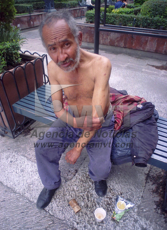 Toluca, M&eacute;x.- Marcelino Aparicio de 82 a&ntilde;os de edad, toma un ba&ntilde;o express a un costado de una fuente de esta ciudad. Agencia MVT / Ricardo Ochoa. (FILM)<br /> <br /> NO ARCHIVAR - NO ARCHIVE