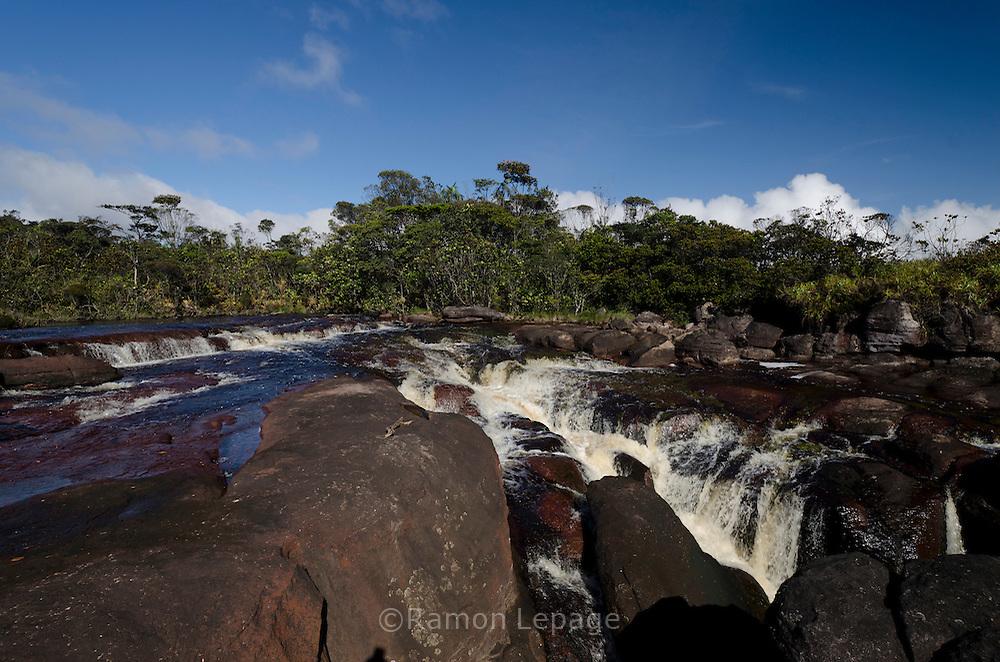 """AUYANTEPUY, VENEZUELA. Rio Kerepacupai metros antes de convertiste en el salto ángel.   El Auyantepuy es el mayor de los tepuis del Parque Nacional Canaima. En sus 700 kms2 alberga el salto ángel o conocido por lengua indígena Pemon como """"Kerepacupai Vena; es la caída de agua más grande del mundo con sus 979 metros de altura. (Ramon lepage /Orinoquiaphoto/LatinContent/Getty Images)"""