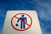 Letrero de advertencia de no permitir a las personas botar basura en el piso de   la cinta costera de Panamá .Foto: Ramon Lepage / Istmophoto.