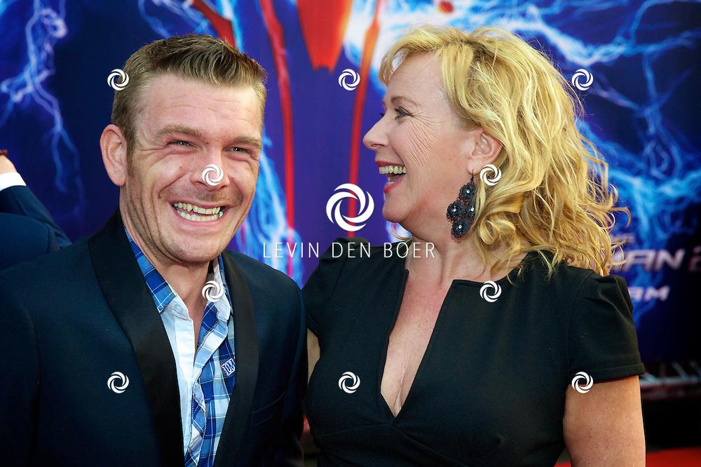 AMSTERDAM - Bij het Pathe ArenA Theater is de filmpremière van Spiderman II gehouden. Met hier op de foto  Inge Ipenburg met ???. FOTO LEVIN DEN BOER - PERSFOTO.NU