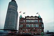 Nederland, Rotterdam, 14-02-2001Kop van Zuid, kantoorgebouw, havengebouw, kantoor havenbedrijf naast Hotel New YorkContrast oud en nieuw.Foto: Flip Franssen/Hollandse Hoogte