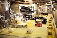 Käsityötäkin helpotetaan hiukan koneilla: kuljetin tuo taikinapalat riivaajalta leipurin eteen.