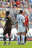 Jena , 190807 , Saison 2007/2008 ; Fussball 2.Bundesliga FC Carl Zeiss Jena , FC Carl Zeiss Jena - FC St. Pauli  Alexander Maul (Jena) diskutiert mit Schiedsrichter Georg Schalk nach der Roten Karte gegen Maul , daneben Charles Takyi (Pauli)