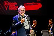 ROTTERDAM - Lee Towers krijgt uit handen van burgemeester Ahmed Aboutaleb de Edison Oeuvreprijs uitgereikt. De zanger krijgt de prijs tijdens het Edison Jazz/World event in het Nieuwe Luxor Theater in Rotterdam. ANP ROBIN UTRECHT