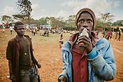 Kenia 2017: I ragazzi di colla.<br /> Nairobi. Sono tanti i ragazzi di strada di Kibera, secondo slum d'Africa per estensione, che sniffano colla, comune colla da calzolai, o jet fuel, il carburante usato dai jet.<br /> <br /> Bottiglietta perennemente in mano o attaccata al labbro inferiore, sguardo perso, nella maggior parte dei casi, ma anche spiritato e potenzialmente violento in certi momenti.<br /> <br /> La colla aiuta. Da' il coraggio di superare quei momenti di freddo, fame, solitudine e paura che finora la vita, in poco tempo, ha frapposto fra la loro infanzia e la strada.<br /> <br /> Bambini cos&igrave; li trovi anche in altri posti, Brasile, India, nel sud-est asiatico, anche in Europa, se si sa vedere bene.<br /> <br /> Una povert&agrave; interiore prima di tutto, orfana, o meglio figlia, di politiche che antepongono al welfare diffuso l'interesse di pochi.<br /> <br /> Qui a Kibera, organizzazioni come Amani e Koinonia con la loro presenza sul territorio, i loro volontari e le loro impegno, si occupano del recupero e dell'educazione di questi bambini.<br /> In questo modo restituiscono loro un ambiente protetto, dove il senso di comunit&agrave; e di famiglia rappresenta per questi bambini una nuova ripartenza ad un'infanzia data ormai per persa.