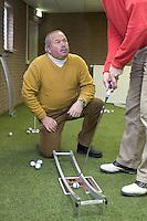 Cees Renders, golf professional van De Pan, geeft les.