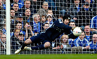 Photo: Ed Godden/Sportsbeat Images.<br /> Chelsea v Nottingham Forest. The FA Cup. 28/01/2007.<br /> Chelsea keeper Petr Cech, makes an easy save.
